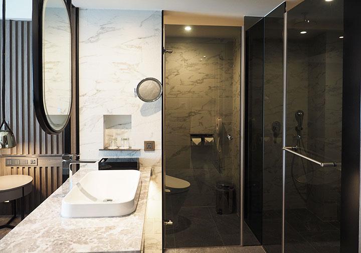 高雄 ハワードプラザホテル高雄 客室の洗面台とバスルーム