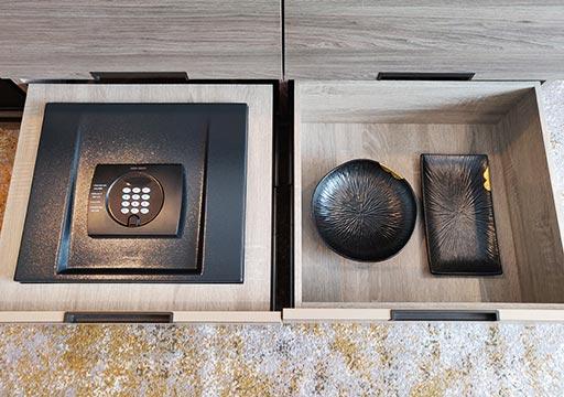 高雄 ハワードプラザホテル高雄 客室のセーフティボックスと食器