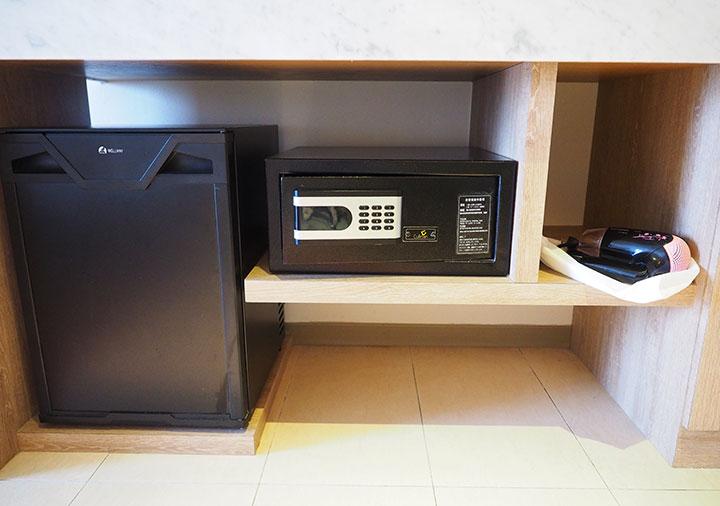 ジャストスリープ高雄駅前館 客室の冷蔵庫、セーフティボックス