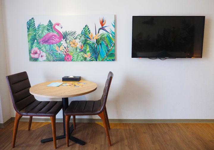 ジャストスリープ高雄駅前館 客室のテーブル、TV