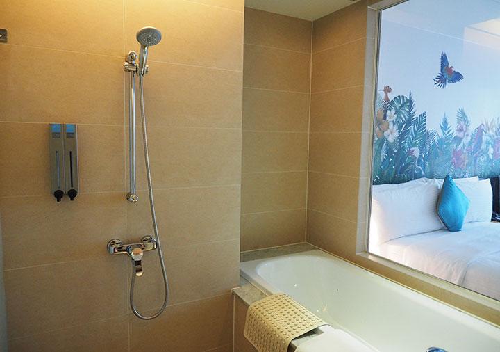 ジャストスリープ高雄駅前館 客室のシャワーとバスタブ