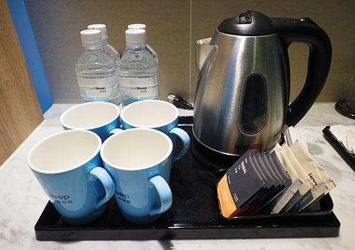 ジャストスリープ高雄駅前館 客室の電気ポットとお茶・コーヒーセット
