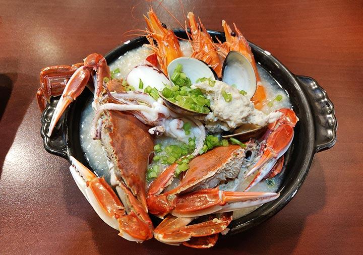 高雄のグルメ 鮮記螃蟹海產粥八德林森店の海鮮粥
