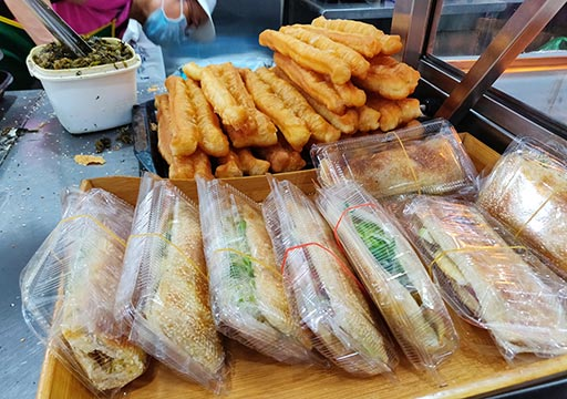 高雄のグルメ 老店興隆居傳統早點美食のサンドイッチと揚げパン(油條)