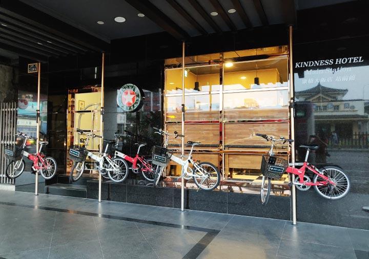 高雄 カインドネスホテル高雄メインステーションの入り口と自転車