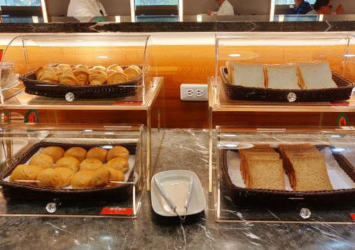 高雄 カインドネスホテル高雄メインステーション 朝食ビュッフェのパン