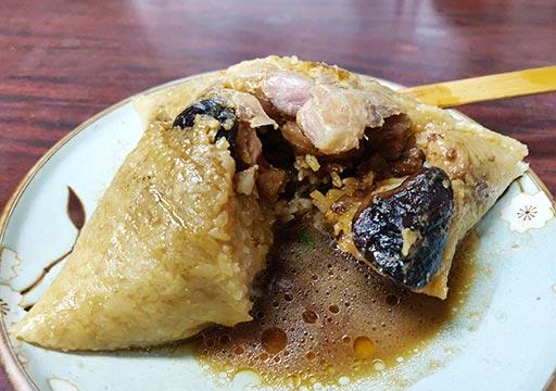 台南のグルメ 再發號百年肉粽の肉粽 (ちまき)