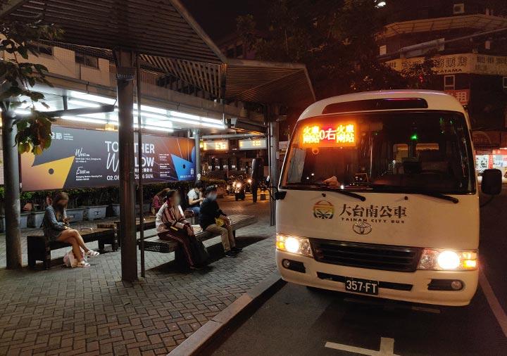 台南の大東夜市 バス番号「0右」