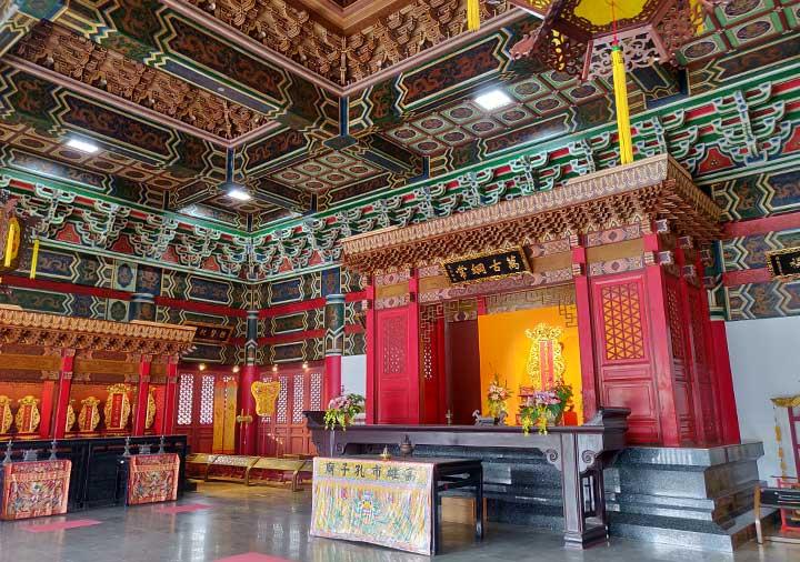 高雄の蓮池潭 孔子廟の大成殿内部