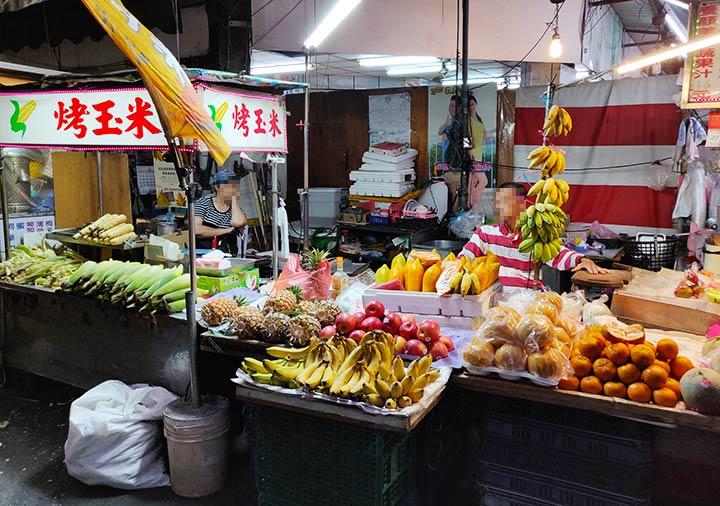 高雄の南華観光夜市 新鮮なフルーツの屋台