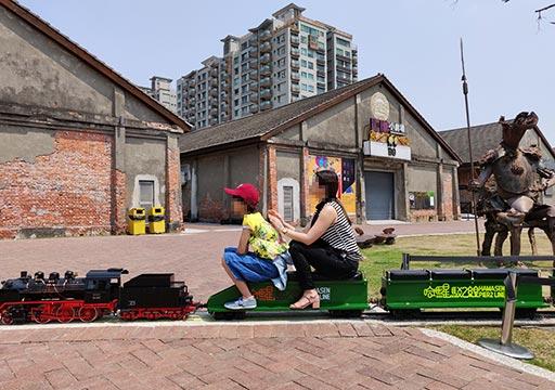 高雄の駁二芸術特区 蓬莱倉庫群のミニ電車