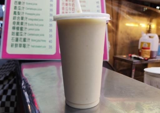 高雄の瑞豊夜市 マンゴーミルクのカップ