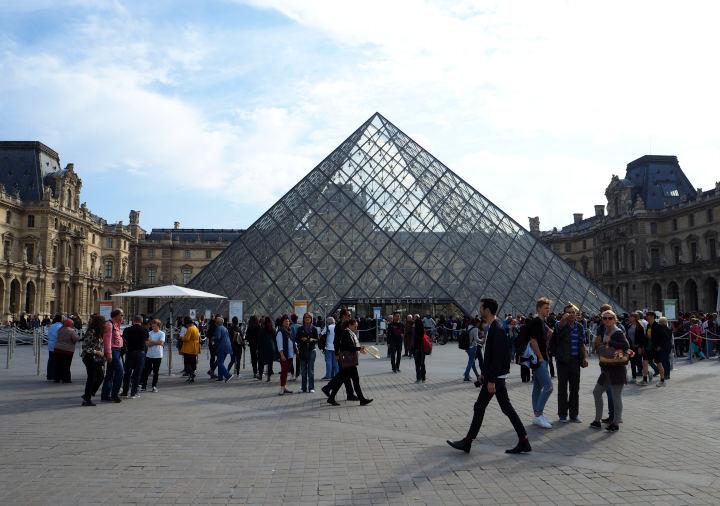 パリ ルーブル美術館の外観