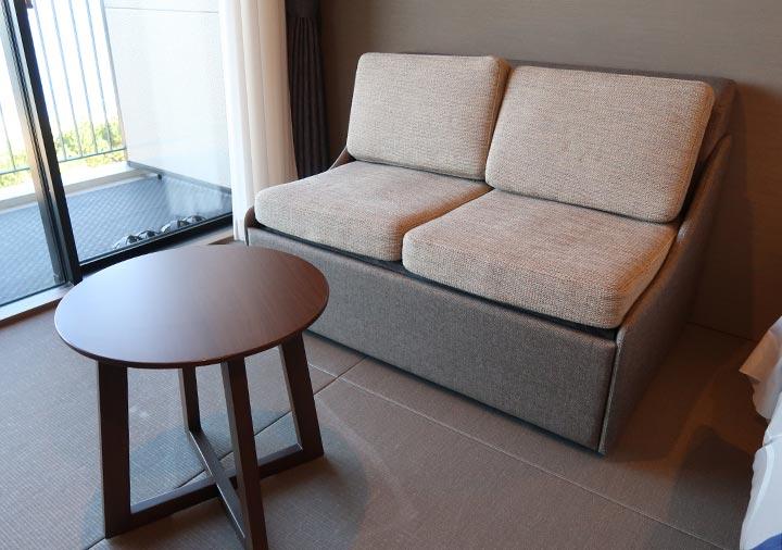 レックスホテル別府 客室のソファーと丸テーブル