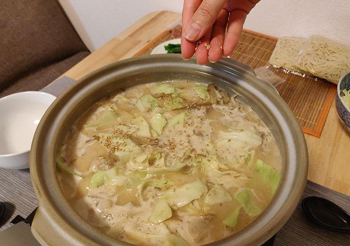 博多もつ鍋おおやま お取り寄せの作り方 キャベツとごまを入れる