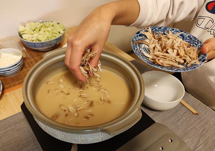 博多もつ鍋おおやま お取り寄せの作り方 ごぼうを入れる