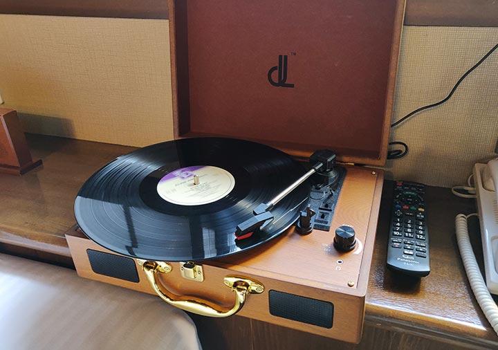 フリューゲル久住 客室のレコードプレーヤー