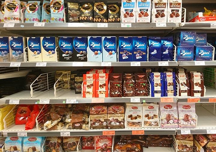 イタリアのチョコレート スーパーの陳列棚