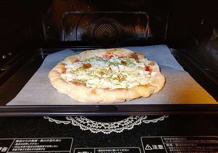 冷凍 ピザ オーブンで焼いている画像