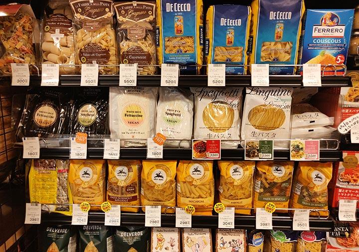 日本のスーパーの乾麺パスタの陳列棚