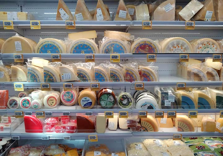 イタリアのスーパーに並ぶチーズの棚