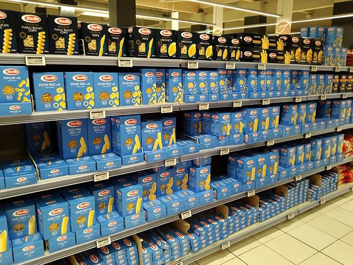イタリアのスーパーのバリラ (Barilla)の陳列棚