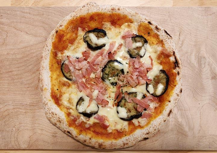 ピザレボ(PIZZAREVO) の冷凍ピザ 茄子とベーコンのアラビアータ